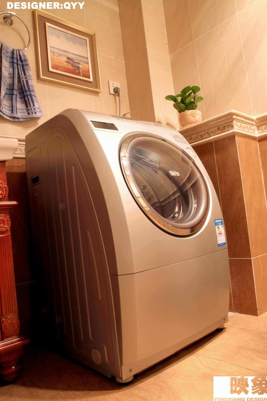 28.洗脸台隔壁,松下全自动滚桶洗衣机.